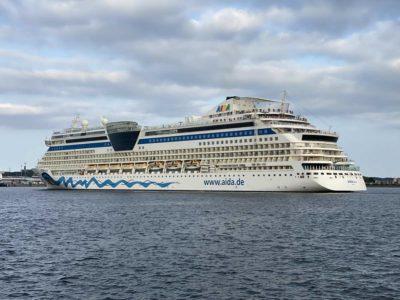 AIDAluna Kreuzfahrtschiff verlässt Kiel