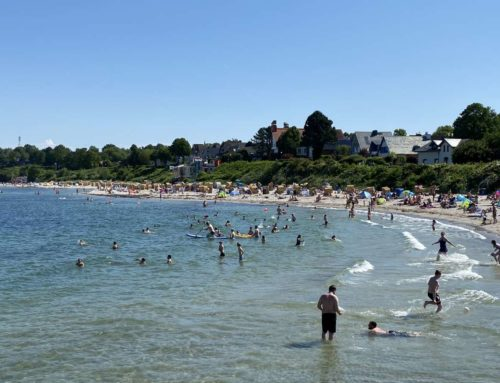 Sommerwetter zieht viele Badegäste an den Strand in Schilksee