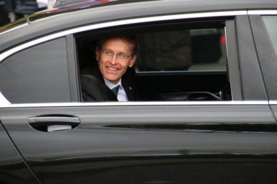 Ministerpräsident Daniel Günther im Auto