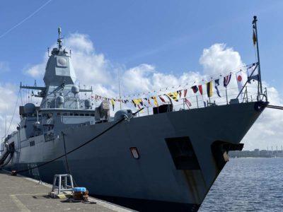 F220 Fregatte Hamburg im Kieler Marinestützpunkt