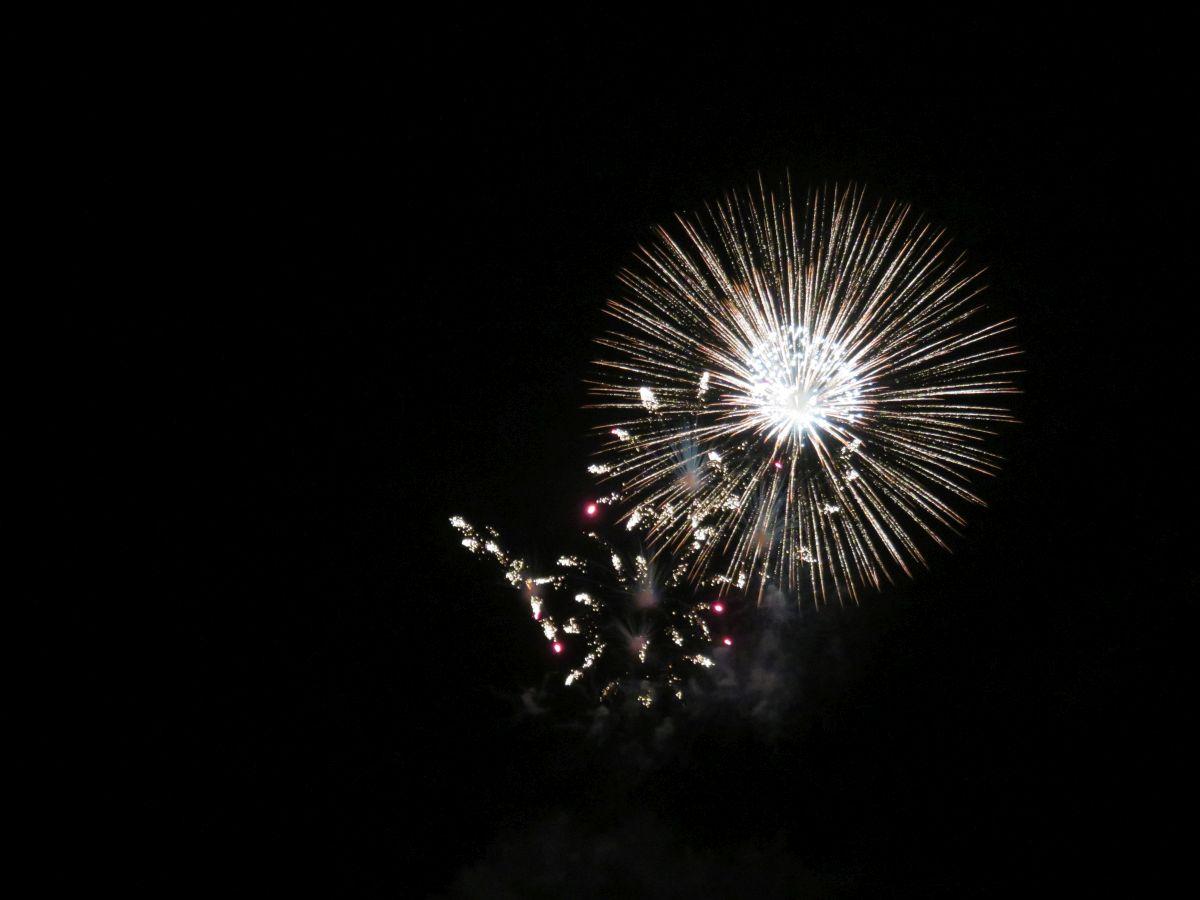 Silvester Feuerwerk Rakete im Nachthimmel