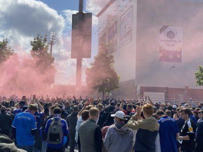 Holstein Kiel - Darmstadt Kieler Fans am Holsteinstadion