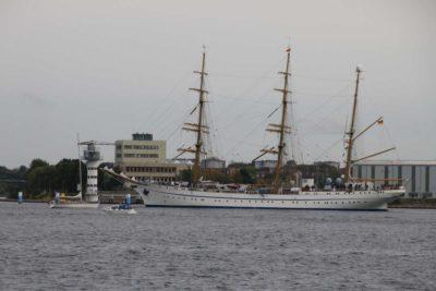 Gorch Fock Segelschiff am Leuchtturm Schwentinemündung