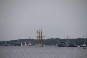 Segelschulschiff Gorch Fock mit zwei Minenjägern Kieler Förde