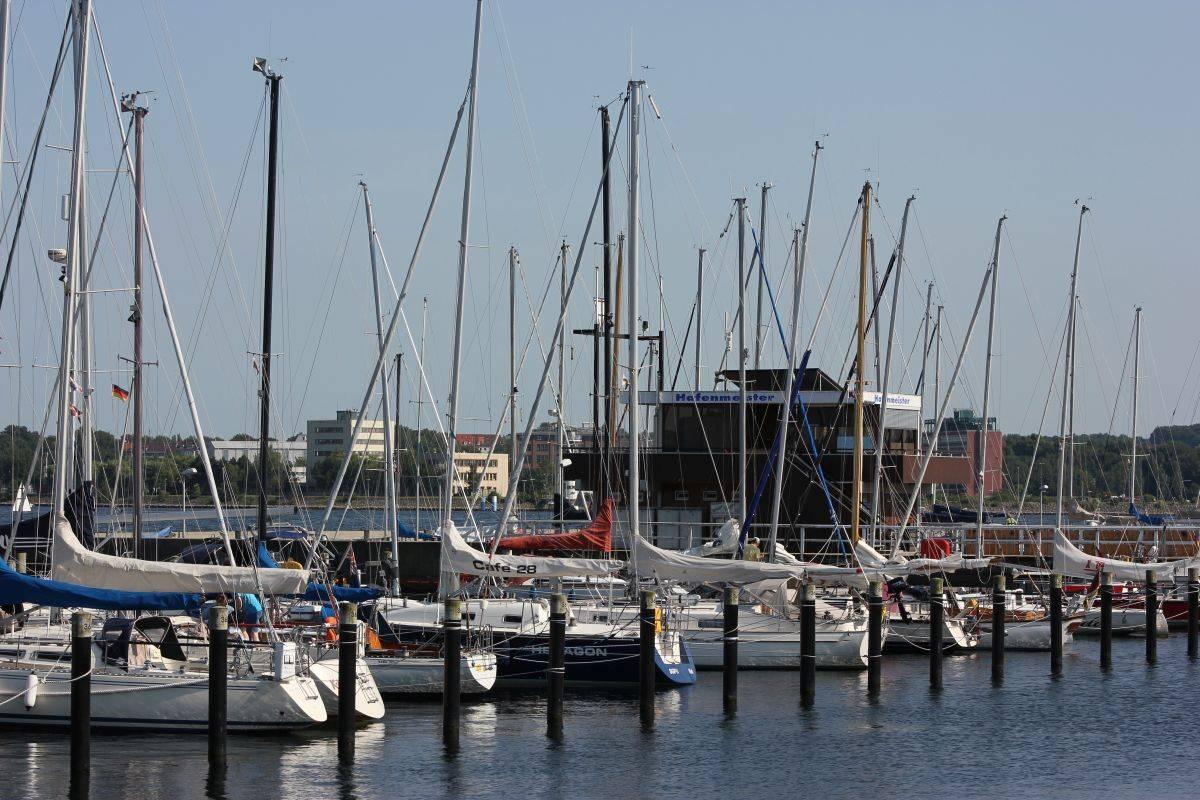 Segelboote im Hafen Kiel-Düsternbrook