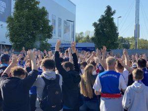 Holstein Kiel - Köln Relegationsspiel Kieler Fans am Stadion