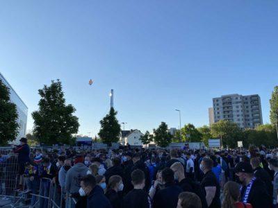Holstein Kiel - Köln Relegationsspiel Fans vor dem Holstein-Stadion