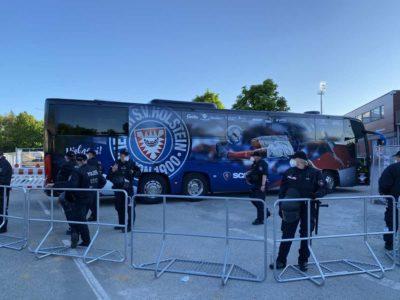 Holstein Kiel Mannschaftsbus am Holstein-Stadion