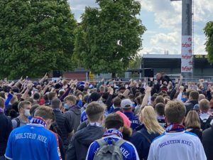 Holstein Kiel Fans am Stadion 23.05.2021