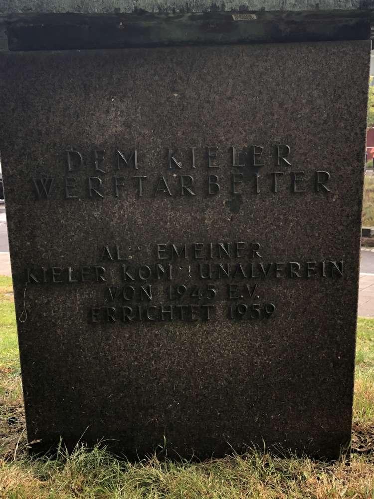 Inschrift Dem Kieler Werftarbeiter - Skulptur Prinzengarten Kiel