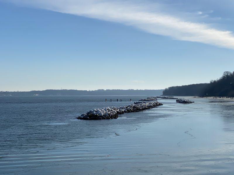 Schilksee Strand Steinmole mit Eiskuppe