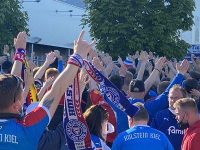 Relegationsspiel Holstein Kiel - 1. FC Köln am Holstein-Stadion Fans