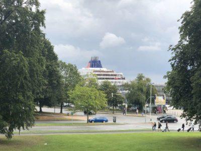 Kreuzfahrtschiff am Ostseekai Kiel Blick vom Prinzengarten