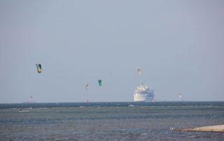 Kreuzfahrtschif & Kitesurfer Strand Laboe