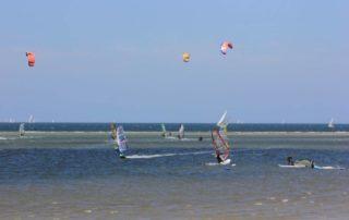 Surfer und Kitesurfing in Laboe