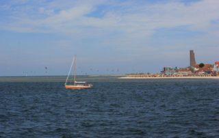 Ostseestrand Laboe mit Ehrenmal und Segelschiff