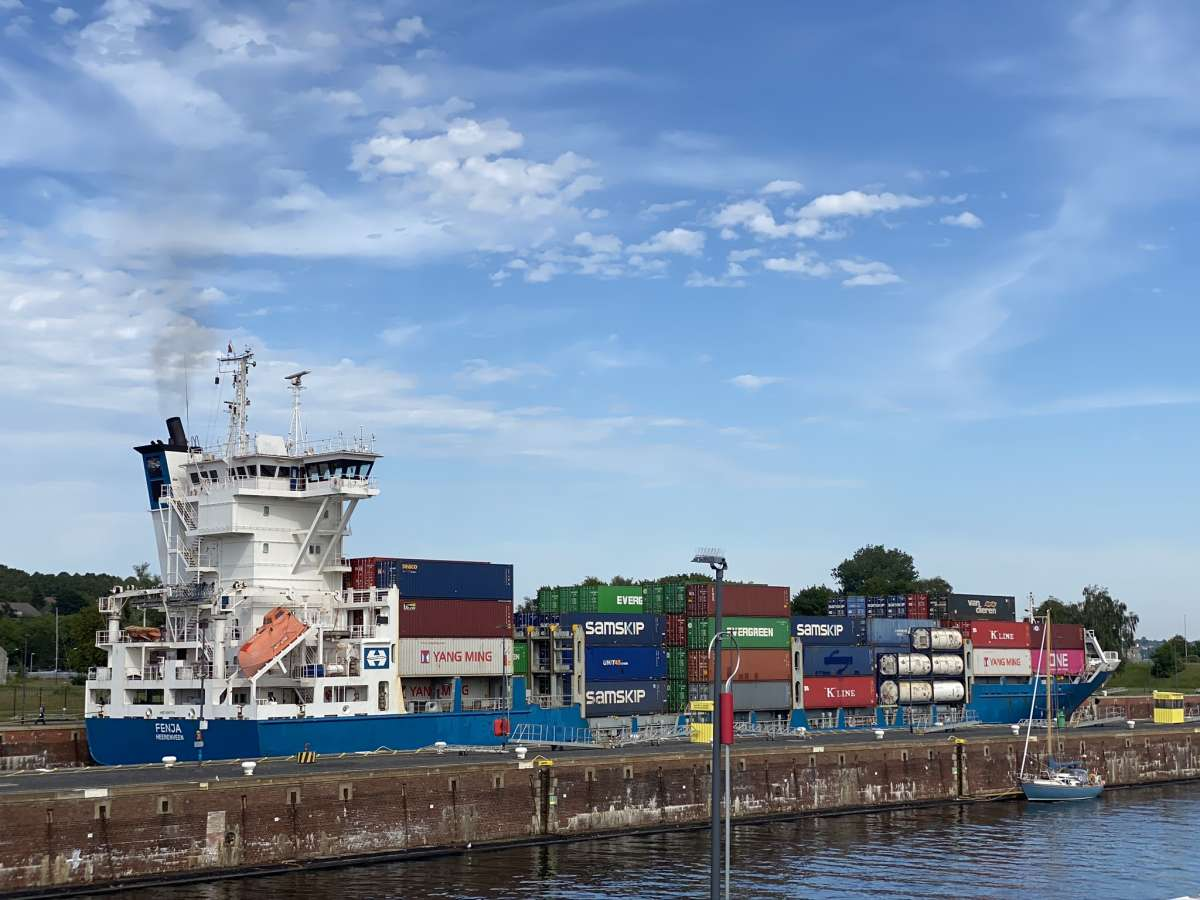 Containerschiff Schleusenkammer Kiel-Holtenau