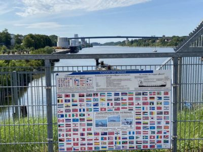 Kiel Nord-Ostsee-Kanal Hinweisschild Flaggen
