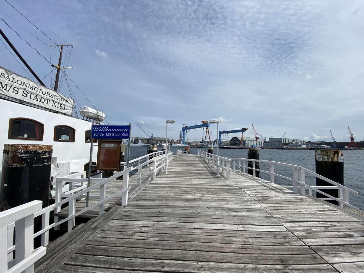 Seegartenbrücke Kiel MS Stadt Kiel Salonschiff
