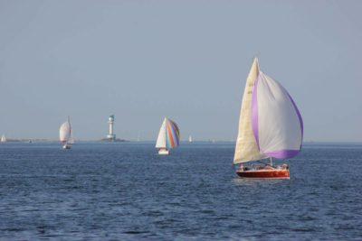 Segelschiffe am Friedrichsorter Leuchtturm in der Förde