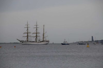 Gorch Fock in der Kieler Förde und Marine Ehrenmal
