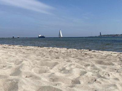 Strand Kiel Falckensteiner Strand Containerschiff Sonderborg