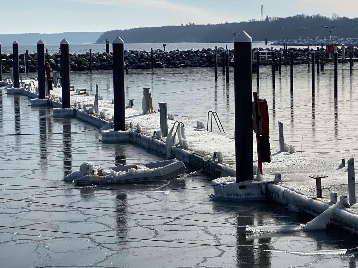 Strande Winter 2021 Eis im Hafen 14.02.2021