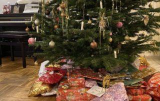 Weihnachten mit Tannenbaum und Geschenken unterm Baum