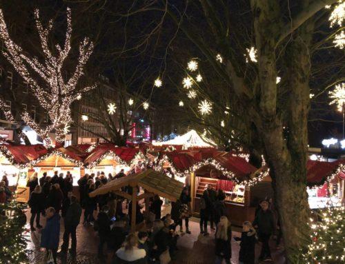 Nach den Weihnachtseinkäufen einen Glühwein auf dem Kieler Weihnachtsmarkt