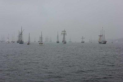 Windjammerparade mit Nebel und Nesselkutter Netzgetüdel